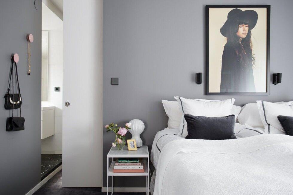 Inred sovrum med tavla