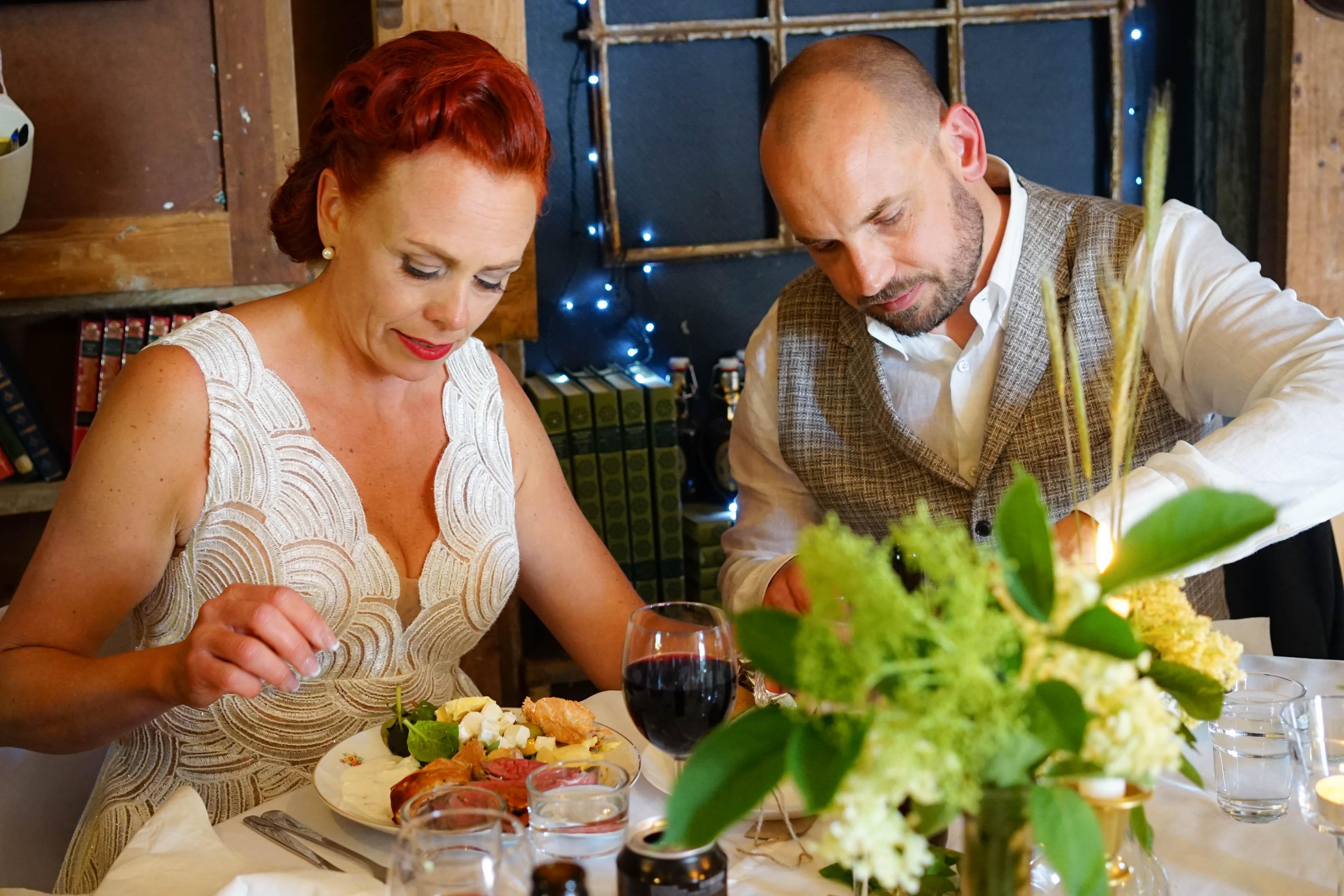 Tal och brudparet vid middagen-8