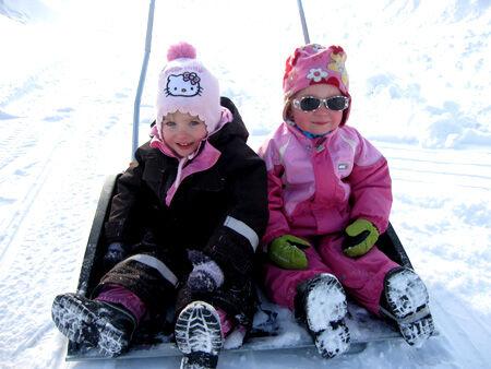 Olivia och bästa Ella åker snöskovel :)