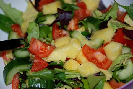 Sallad med avocado, färsk ananas, tomater, gurka och blandad sallad.