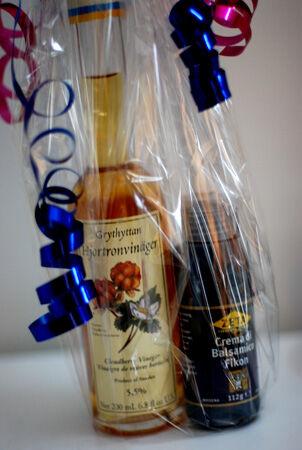 Istället för en blomma. En flaska Grythyttans hjortronvinäger och Crema Balsamico Fikon.