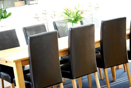 Matbordet som snart ska bli vitt, inkl stolsbenen. Tror det kommer bli såååå bra!