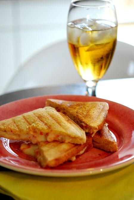 Iskall äppeljuice och varma mackor med kalkon, ost, dijonaise och färska tomater.
