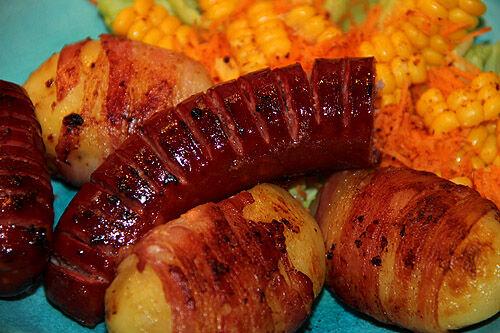grillad_korv_baconlindad_potatis