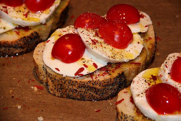 bruschetta_tomat_jordgubbar_mozzarella