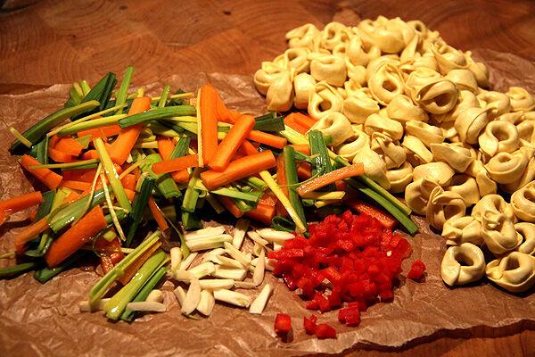 buljong_buljongsoppa_tortellini_soppa_klar_grönsaker_vegetarisk_grönsakssoppa_recept
