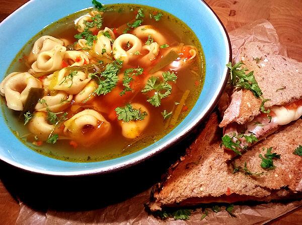 buljong_buljongsoppa_tortellini_soppa_klar_grönsaker_vegetarisk_recept_middagstips_1