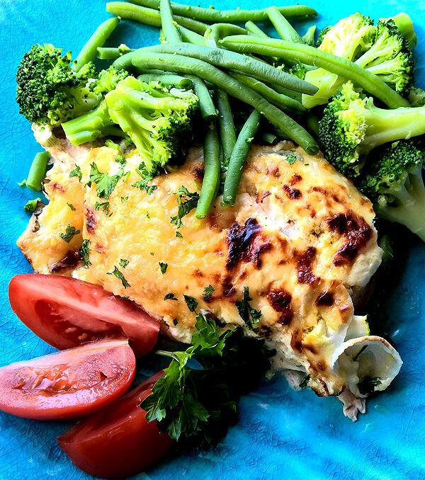 kycklinggratäng_lchf_kyckling_kycklingfile_ugnsstekt_gratinerad_ostsås_recept_krämig_godaste_sås_middagstips_broccoli_sallad_grönsaker