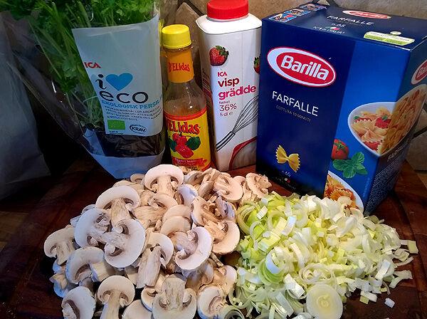 pasta_pastafjärilar_pastasås_champinjonsås_champinjonpasta_middagstips_recept_ingredienser