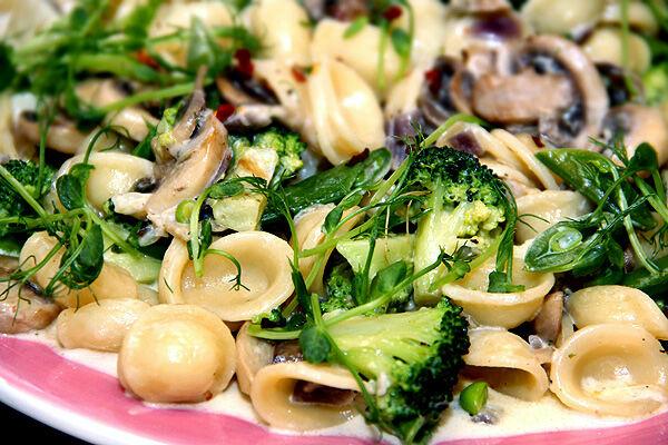 pasta_pastasås_krämig_orechiette_broccoli_blomkål_champinjoner_sugarsnaps_recept_vegetariskt_tips_middag_lunch_pastarätt