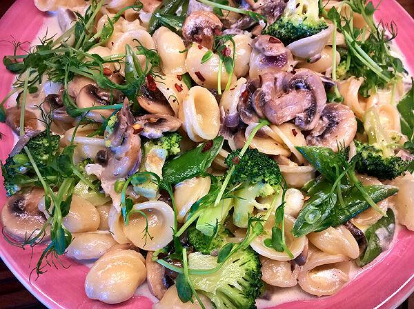 pasta_pastasås_krämig_orechiette_broccoli_blomkål_champinjoner_sugarsnaps_recept_vegetariskt_tips_middag_lunch_pastarätt_sås_panna