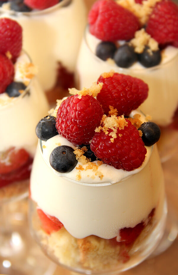 trifle_smulor_sockerkaka_överbliven_torr_enkel_snabb_dessert_efterrätt_bär_hallon_blåbär_grädde_kaksmulor_tips