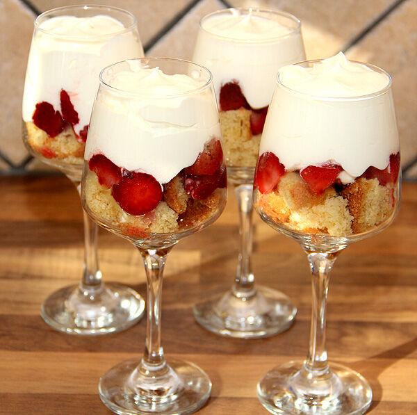 trifle_smulor_sockerkaka_överbliven_torr_enkel_snabb_dessert_efterrätt_bär_hallon_blåbär_grädde_kaksmulor_tips_fredag_prtionsglas_glas