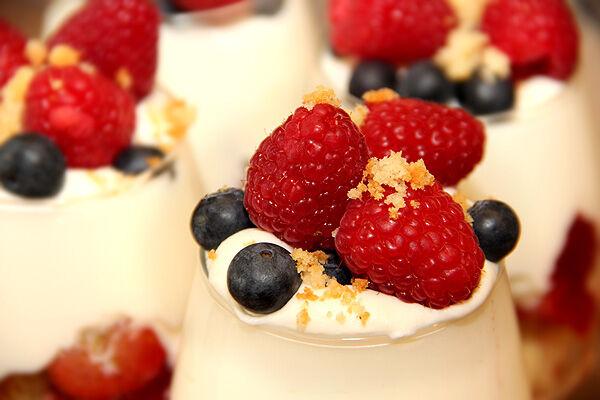 trifle_smulor_sockerkaka_överbliven_torr_enkel_snabb_dessert_efterrätt_bär_hallon_blåbär_grädde_kaksmulor_tips_fredagsmys