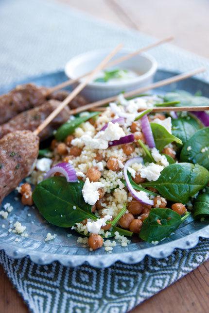 Lammfärsspett med couscous, rostade kikärtor, babyspenat och tahini- och yoghurtdressing