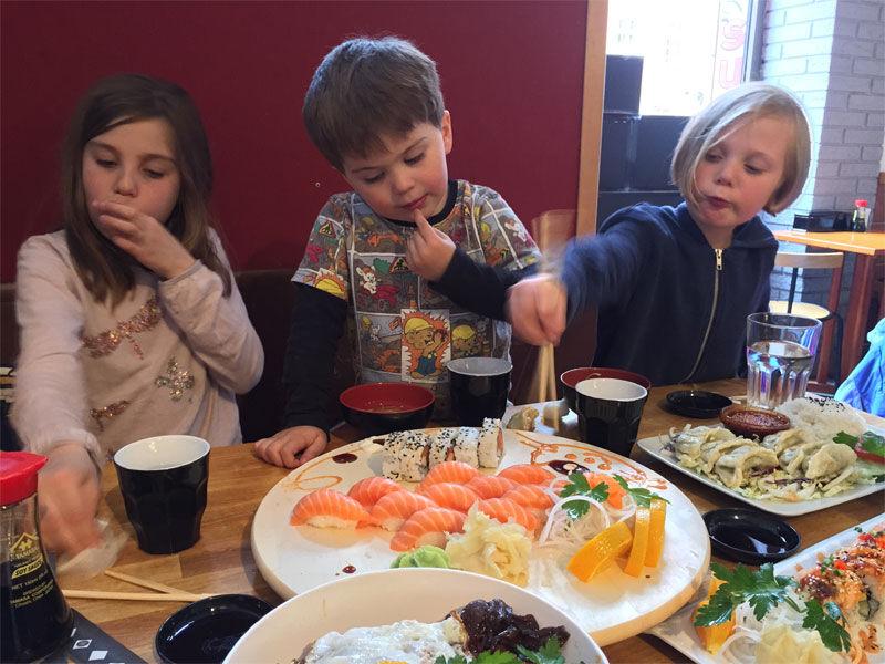 Barnen äter sushi