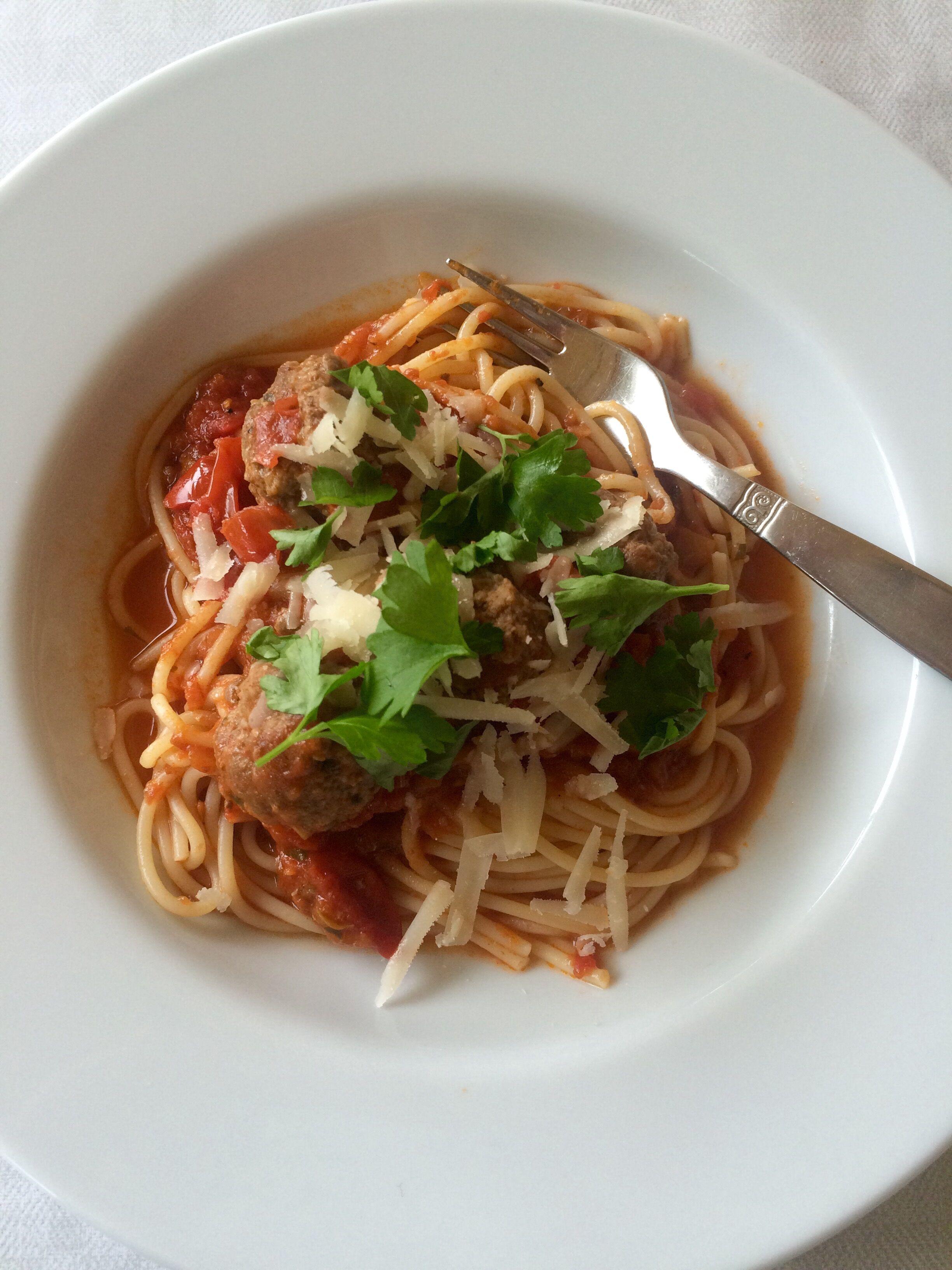 Spaghetti med kalvfärsbullar i tomatsås