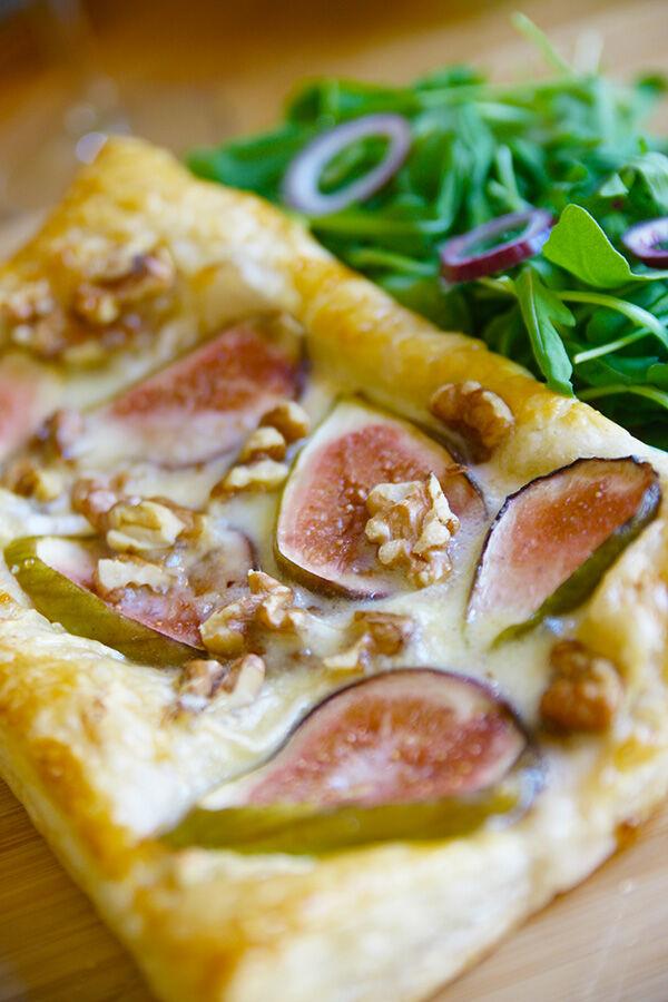 Smördegstartlette med fikon, brie, valnötter och honung