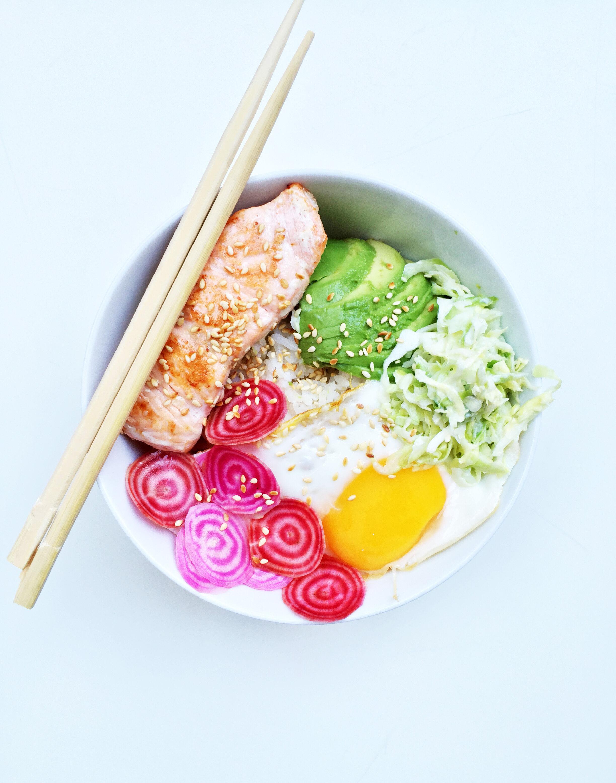 Lax med ris, inlagda polkabetor och wasabi-coleslaw