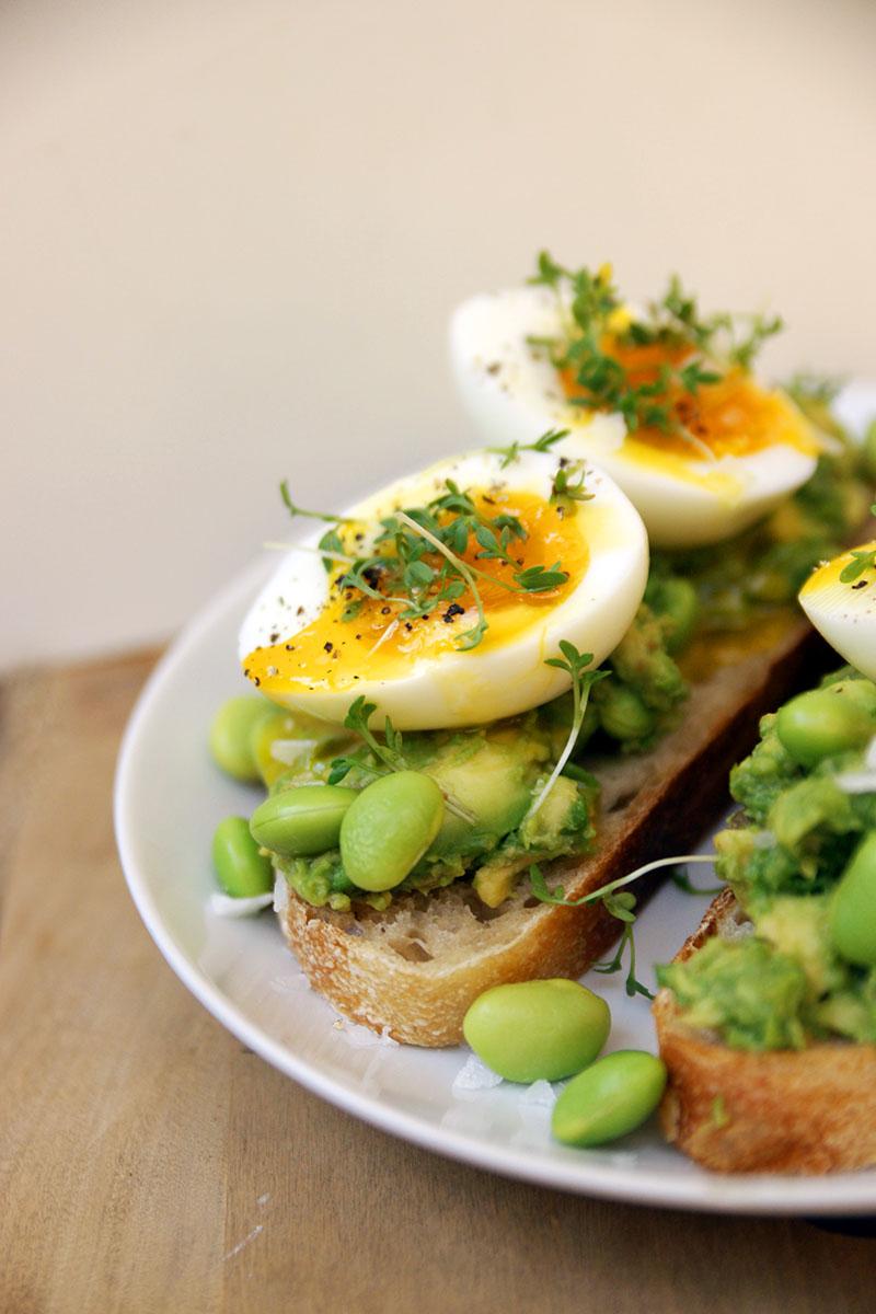 Avokado- och äggmacka med edamame