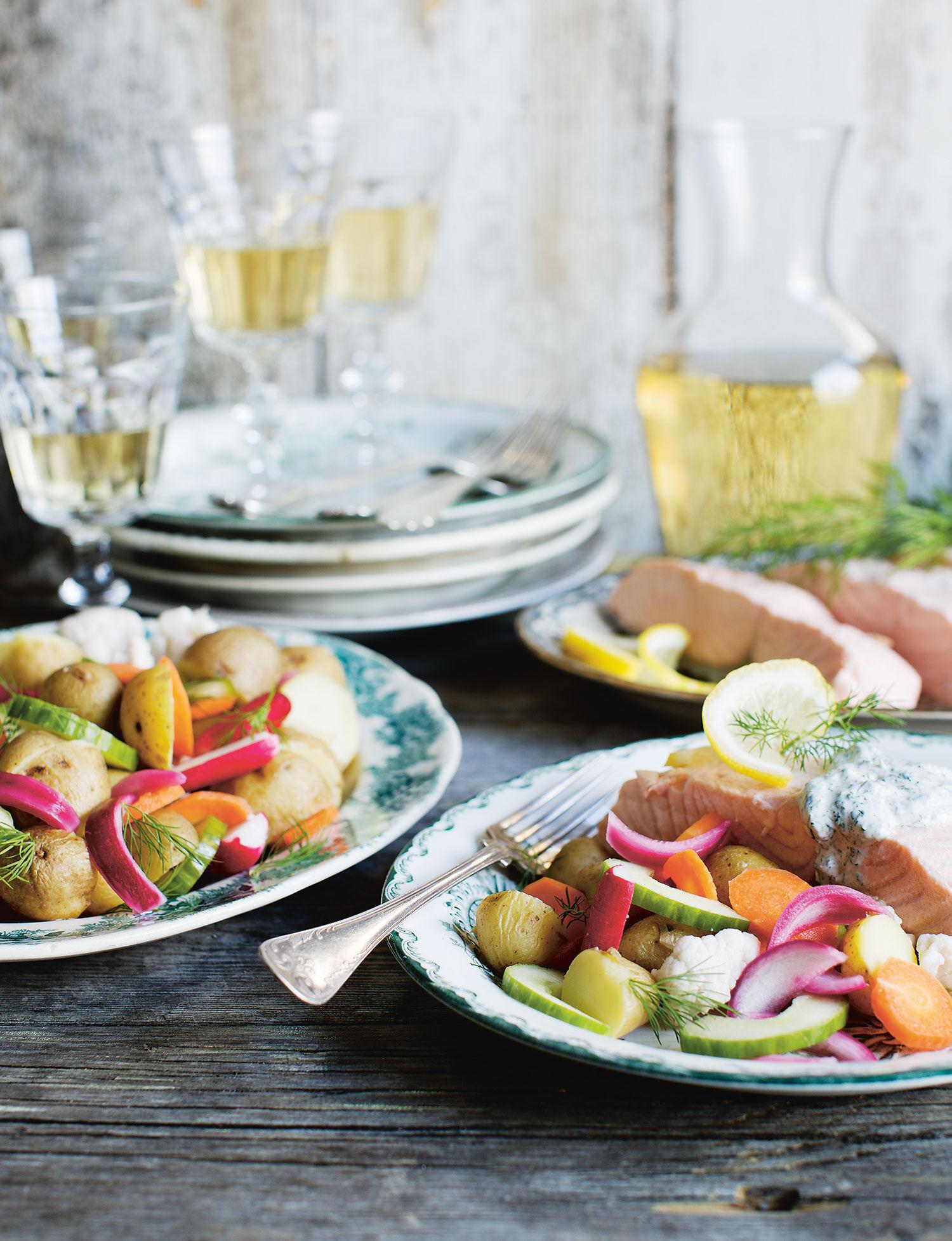 Inkokt lax med picklade grönsaker och dillsås