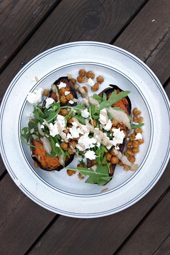 Sötpotatis med rostade kikärtor, feta, ruccola och tahinidressing.