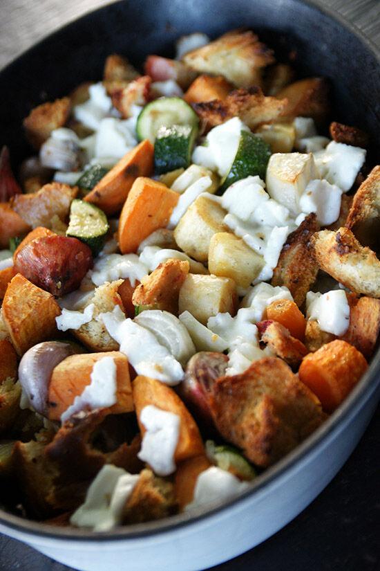 Ugnsrostade grönsaker, ciabatta och mozzarella med chilimajo