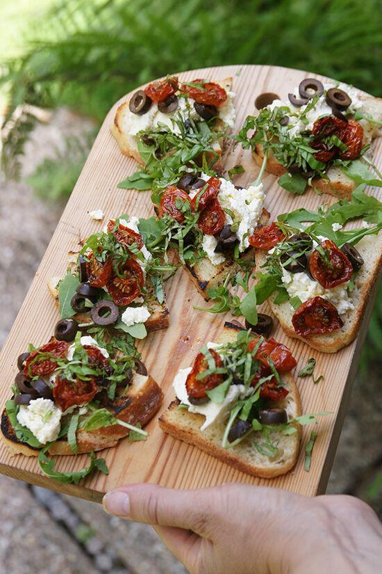 Hemgjord ricotta på rostad lantbröd med tomater och oliver