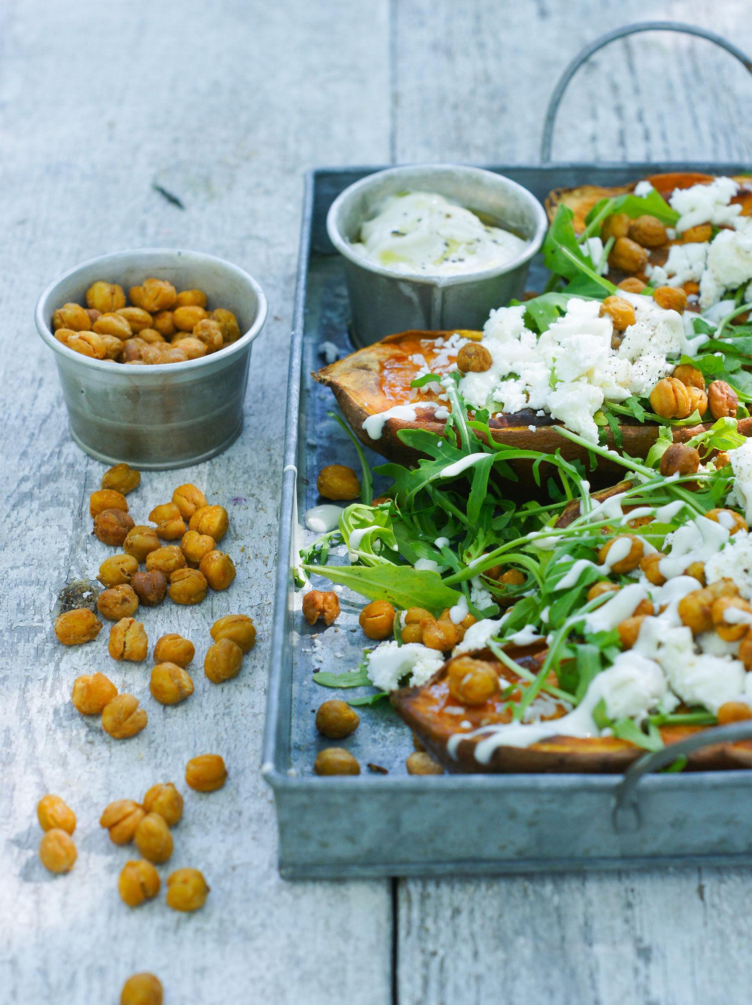 Sötpotatis med rostade kikärtor, feta, ruccola och tahinidressing