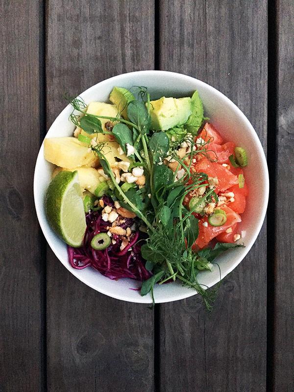 Poke Bowl med lax, ananas, picklad rödkål, avokado, ärtskott och rostad majs