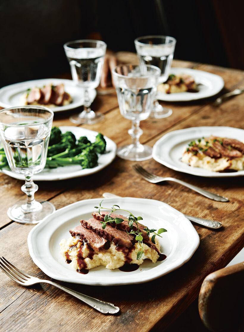 Dukat bord med Ankbröst, balsamicosås, potatispuré med karamelliserad lök och äpple