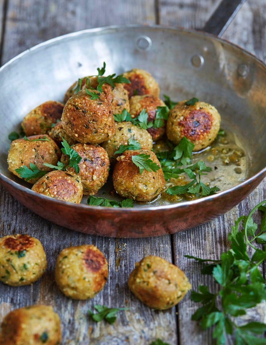 Vegetariska köttbullar med kikärtor och quinoa i en koppar stekpanna.