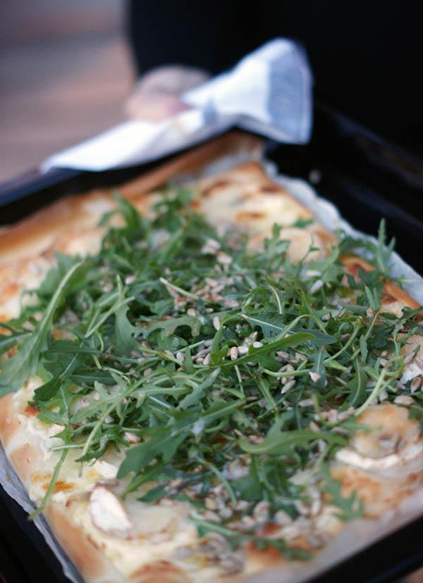Pizza bianco med chèvre, rucola, solroskärnor och brynt smör