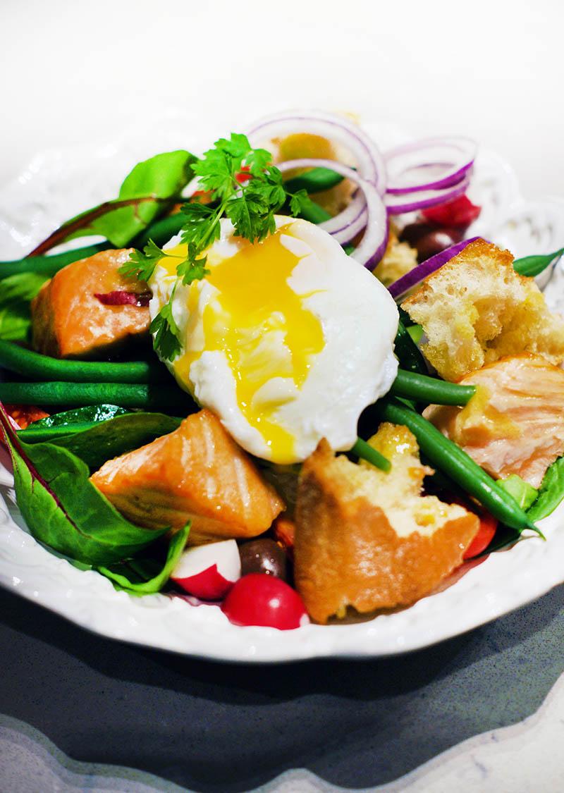 Lax med rostad ciabatta, haricots verts, dijondressing och pocherad ägg
