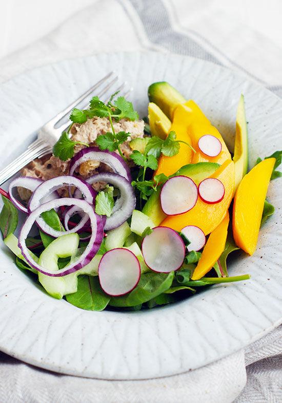 Sallad med tonfisk- och mangochutneyröra, färsk mango, avokado och koriander