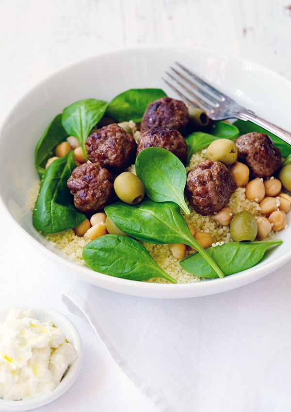 Merguez köttbullar med couscous, kikärtor, oliver, babyspent och fetayoghurt