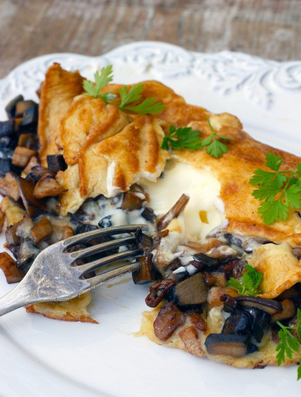 Omelette med karljohansvamp, västerbottensost och creme fraiche