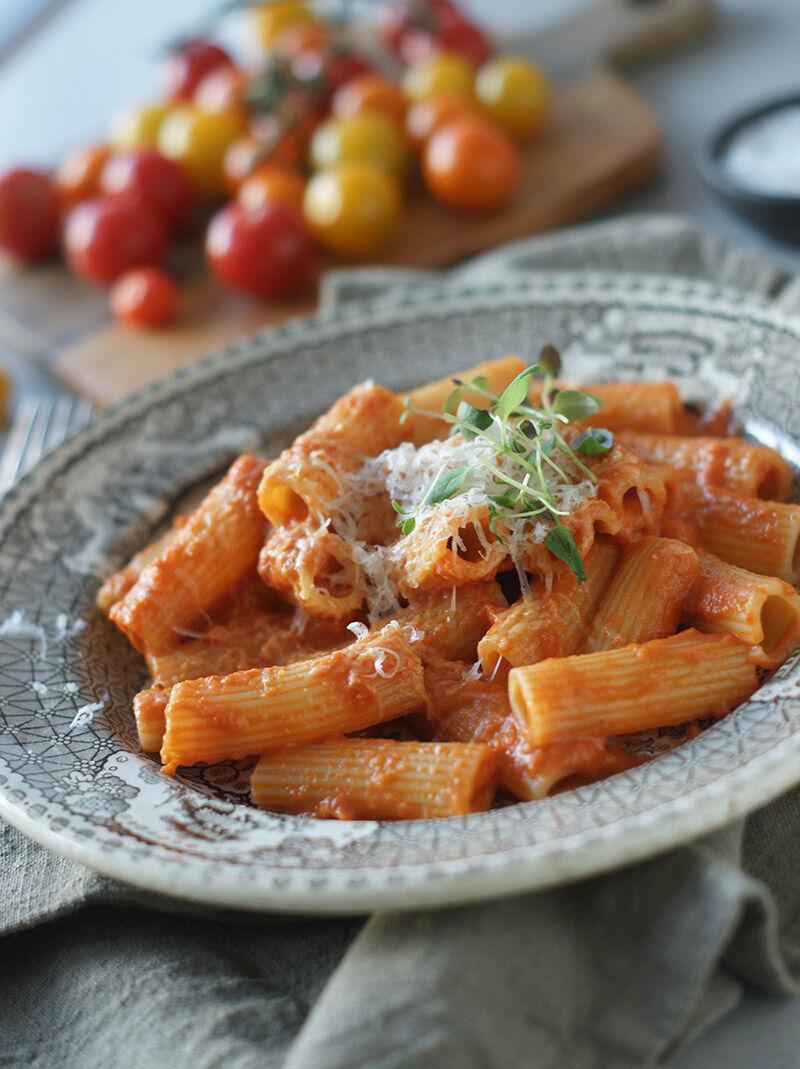 Pasta med krämig tomatsås med vodka och rostad paprika