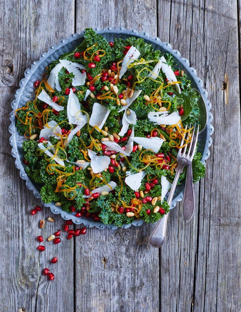 Grönkålssallad med kanderade citrusskal, parmesan och granatäpple