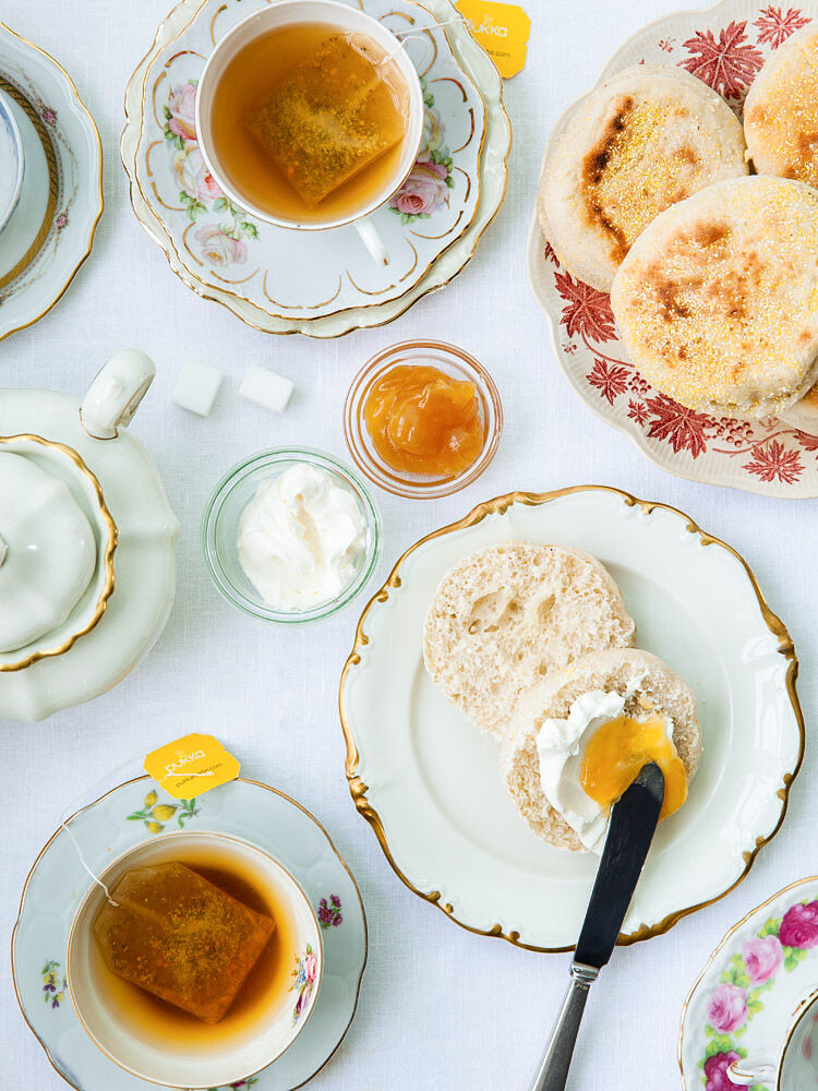 English muffins med cream cheese, lemon curd och te