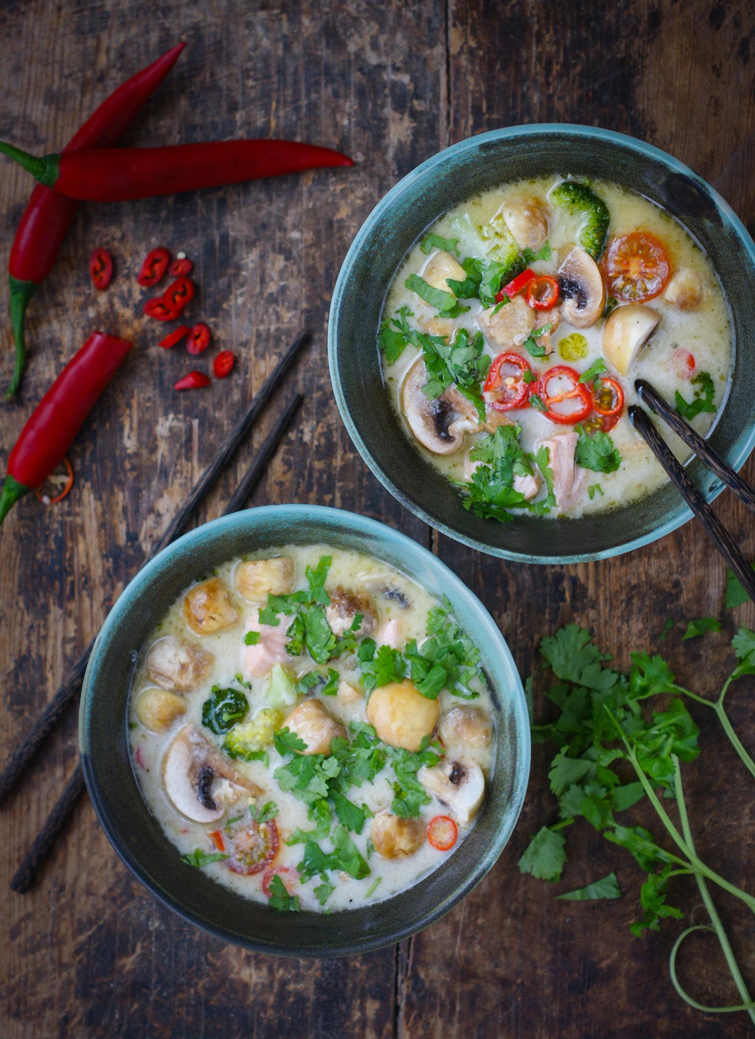 Thai laxsoppa med kokosmjölk, champinjoner, broccoli, chili och lime