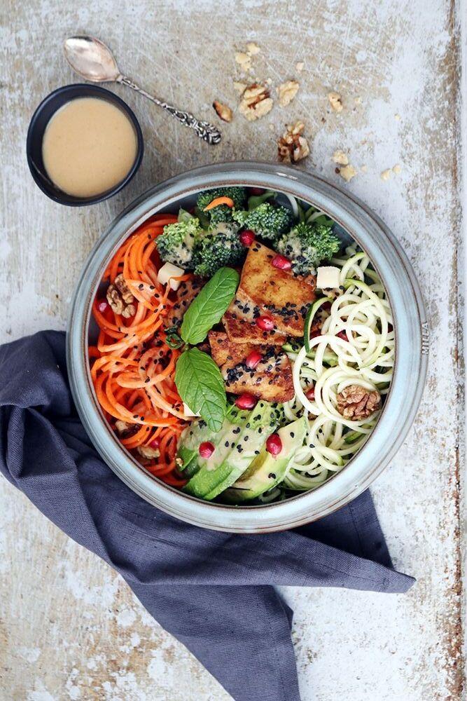 Tofu och grönsaker i skål med jordnötsdressing