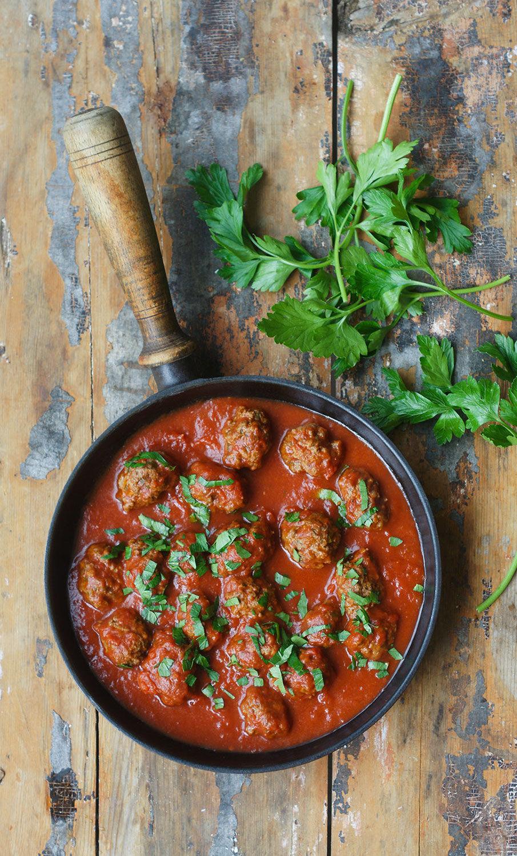 Marockanska köttbullar i tomatsås på ett träbord