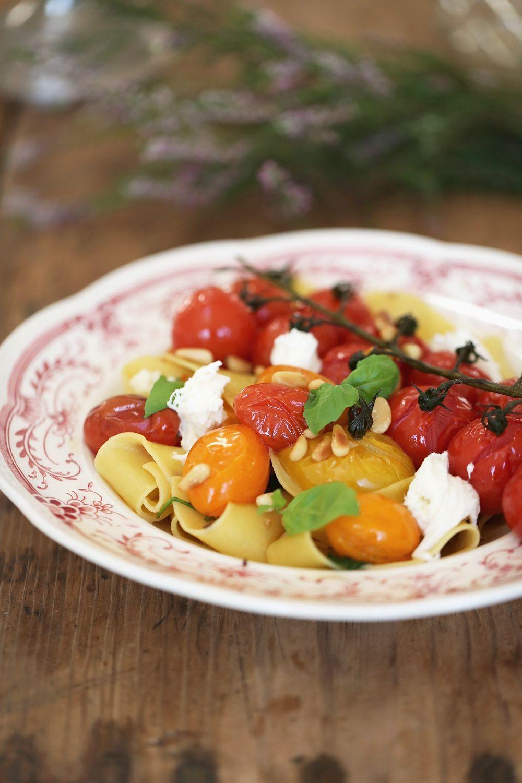 Skål med pasta och rostade tomater i olika färger