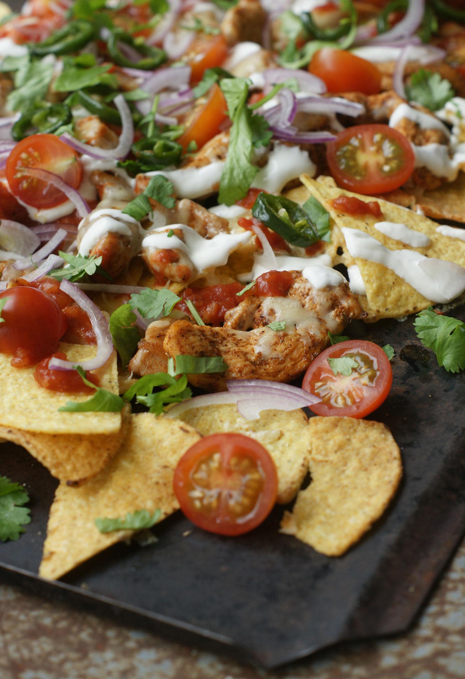 Texmex nachos med kyckling, picklad jalapenos, salsa, gräddfil