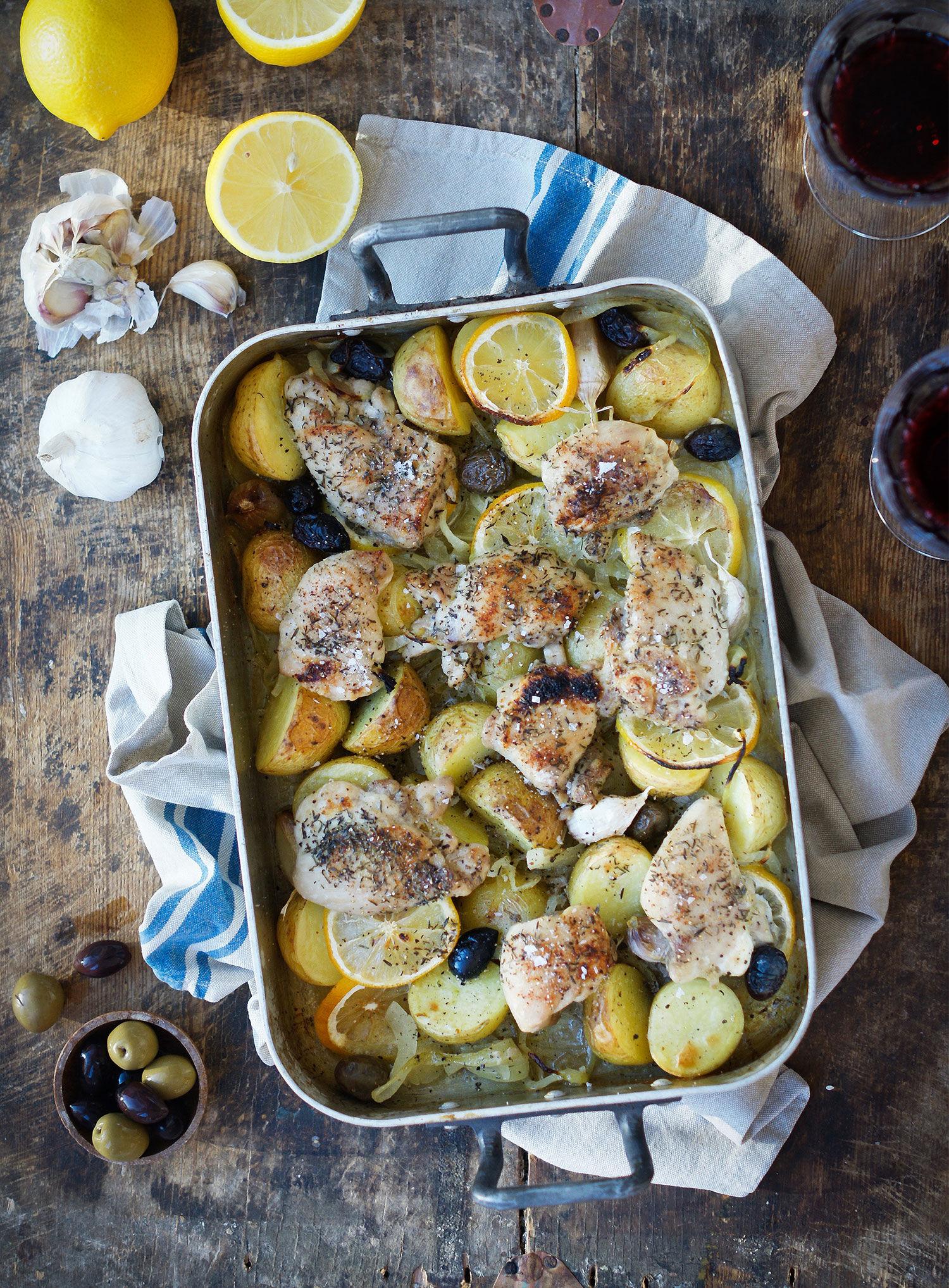 Kyckling med citron, lök och oliver i en ugnsform