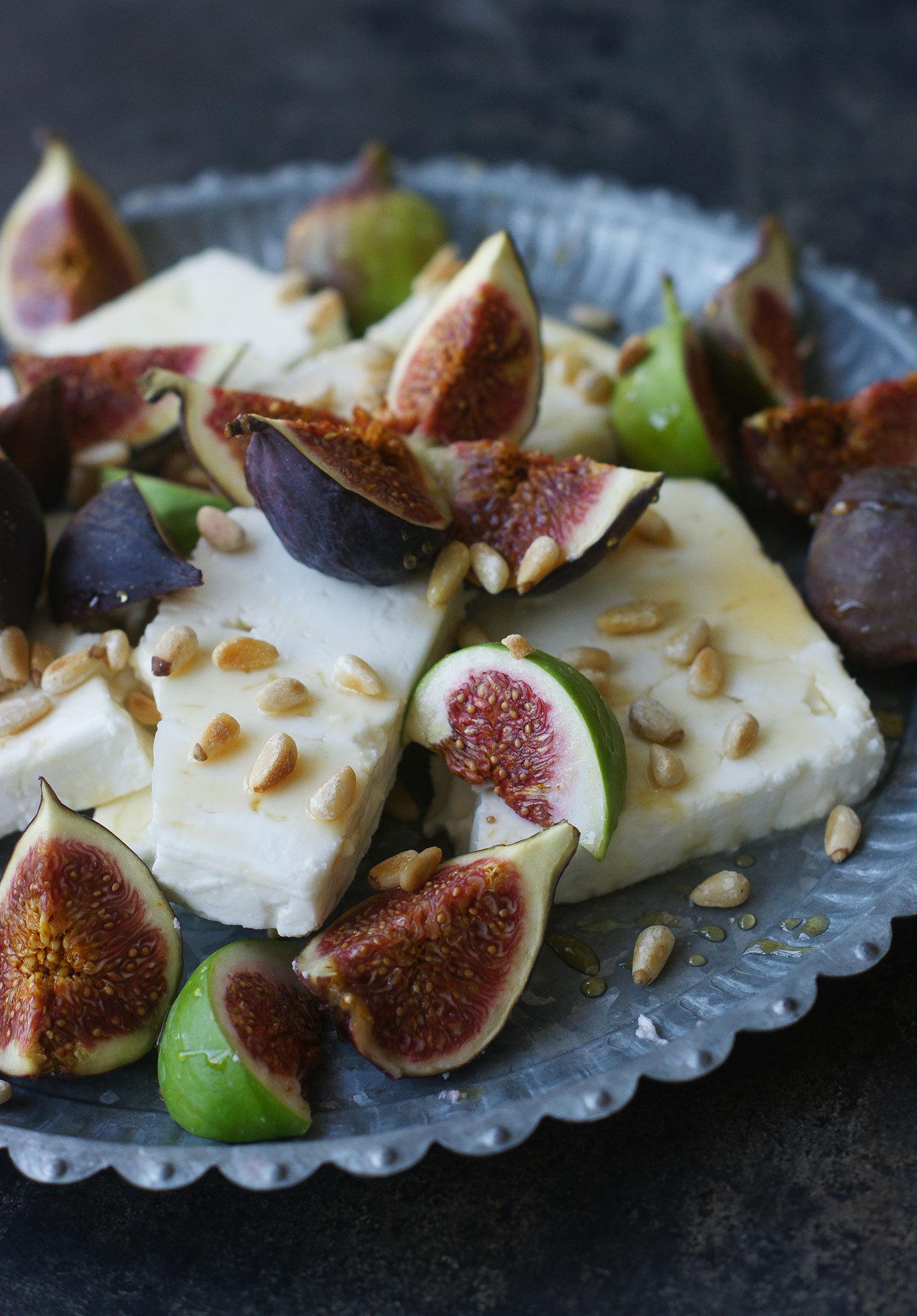 Fat med fikon, feta, honung och pinjenötter