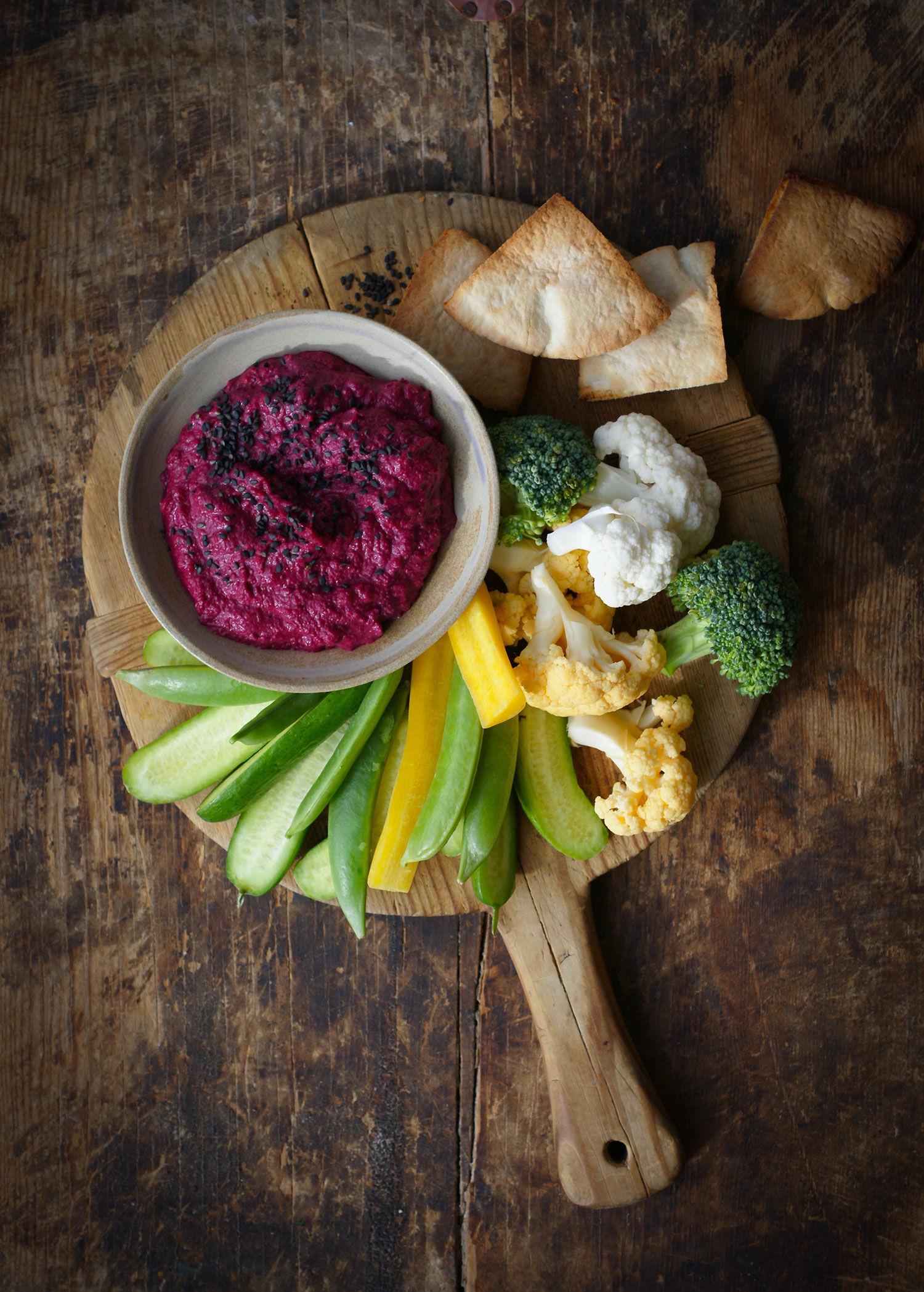 Rödbetshommous med grönsaker