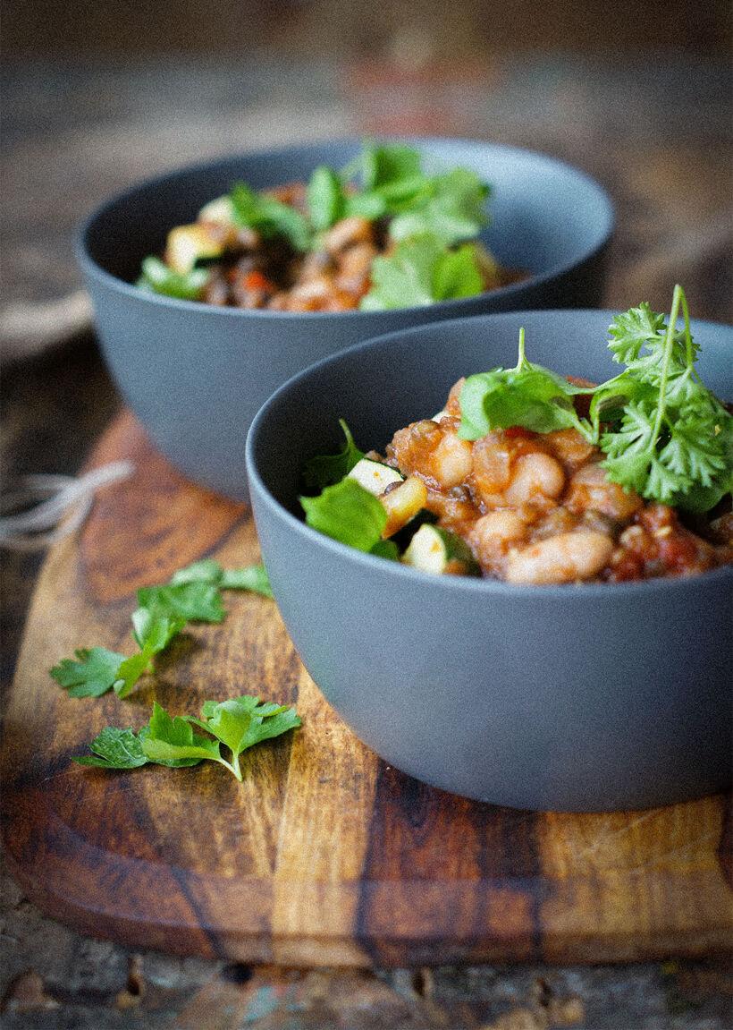 Vegetarisk böngryta med belugalinser och zuchinni i grå skål