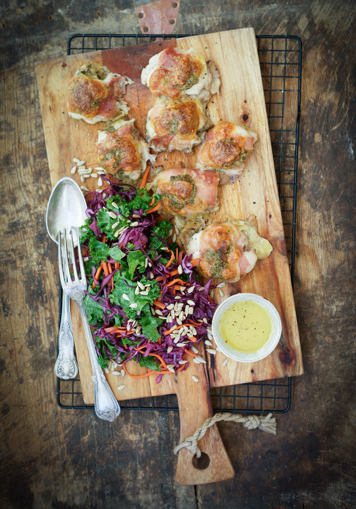 Prosciuttoinlindad kyckling med mozzarella, pesto och rödkålssallad